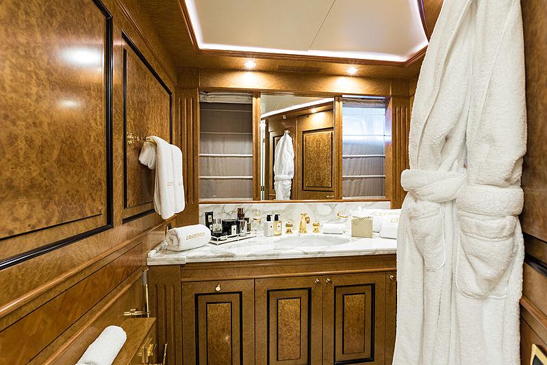 Legenda yacht double cabin bathroom