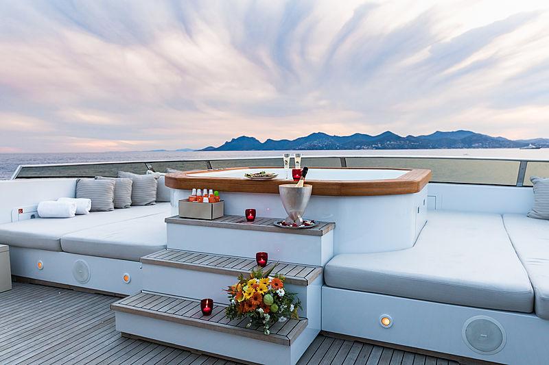 Legenda yacht jacuzzi