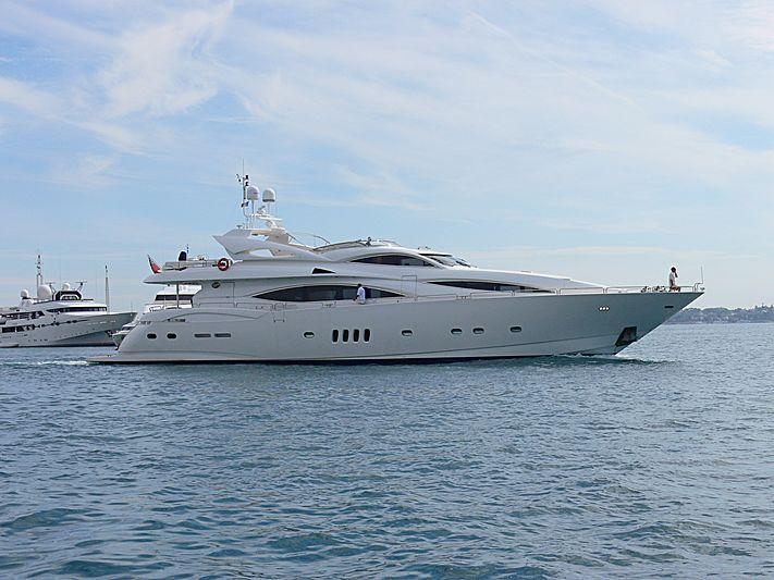 Breeze yacht leaving Golfe-Juan