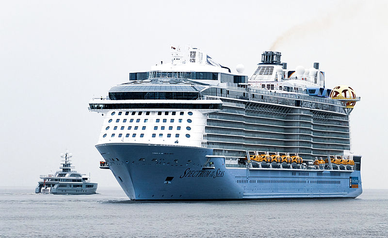 Cloudbreak yacht and Spectrum of the Seas in Bremerhaven