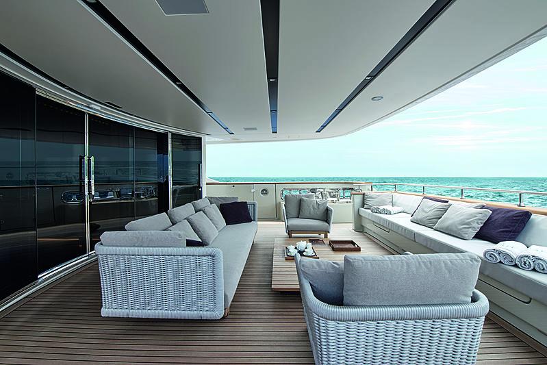 Y4H yacht main aft deck