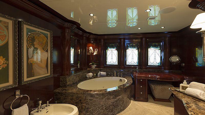 La Dea II yacht bathroom