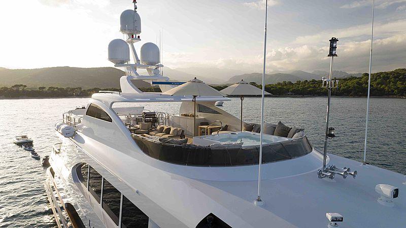 La Dea II yacht exterior