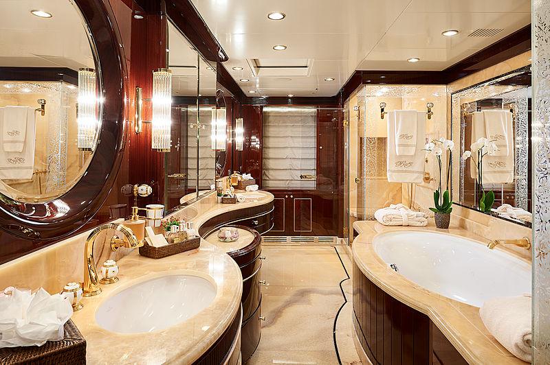 Reve d'Or yacht bathroom