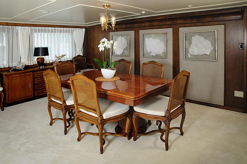 Avante V yacht dining room