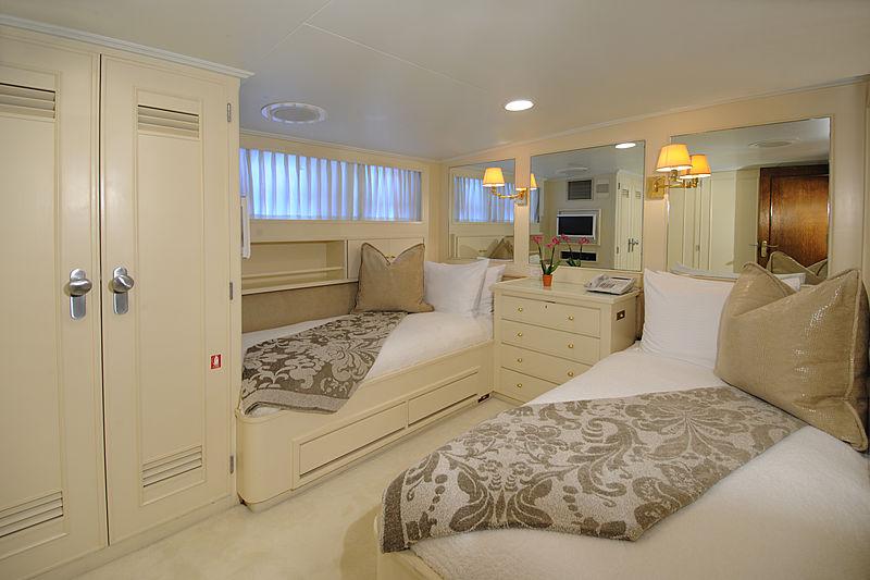 Avante V yacht stateroom