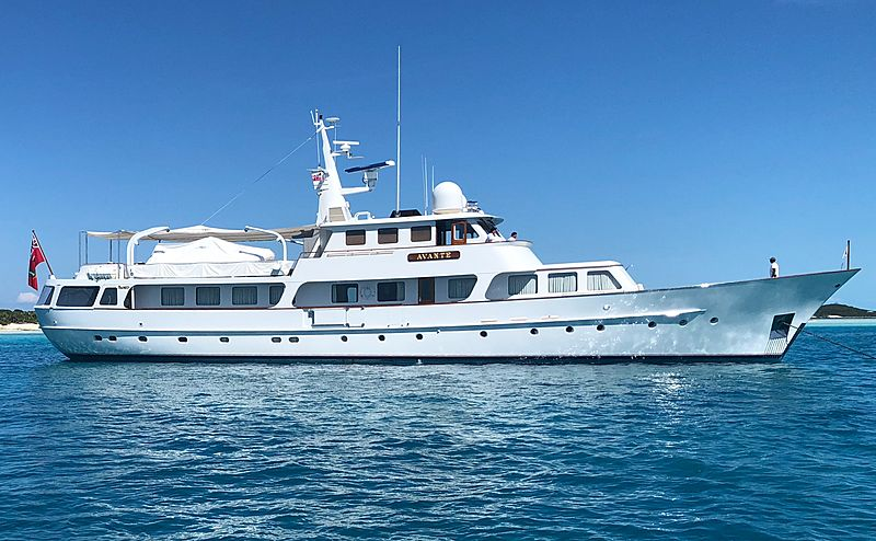Avante V yacht anchored