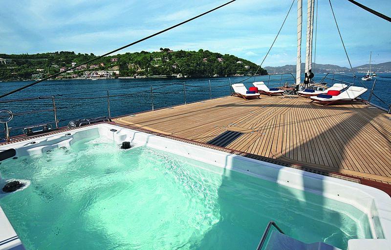 Perseus 3 yacht pool