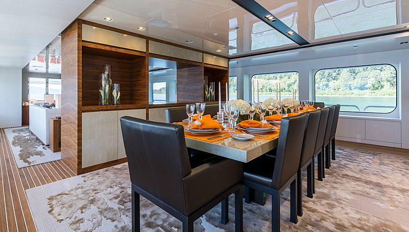 Chasseur yacht dining room