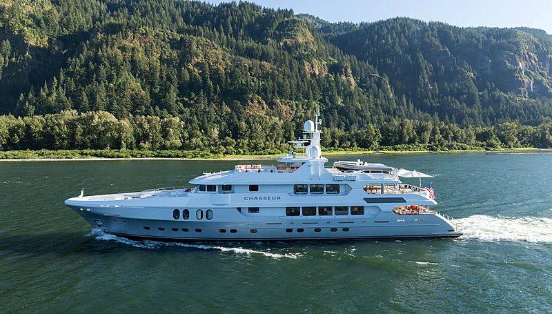 Chasseur yacht cruising