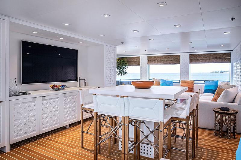 Hodor yacht saloon