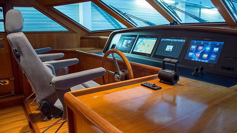 Adamas yacht bridge