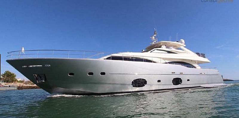 Fifteen yacht
