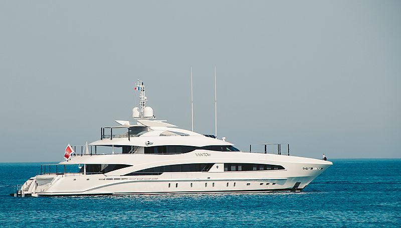 Van Tom yacht anchored off Mandelieu