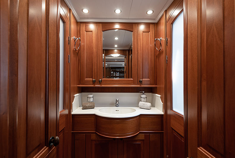 Path yacht bathroom