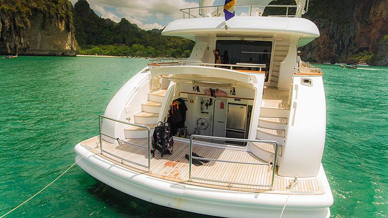 Aveline yacht stern