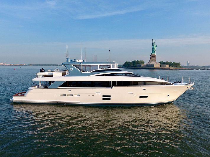 Optimus yacht off New-York City