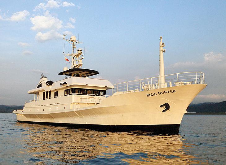 Blue hunter yacht cruising
