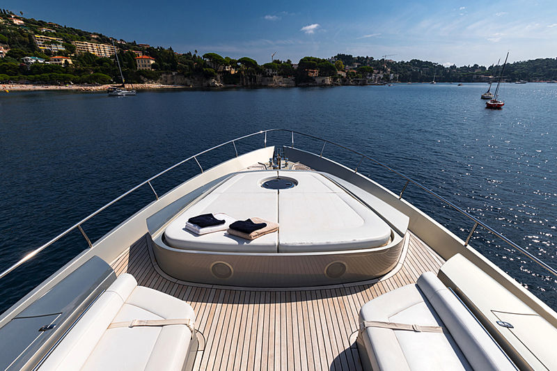 Lounor yacht fore deck