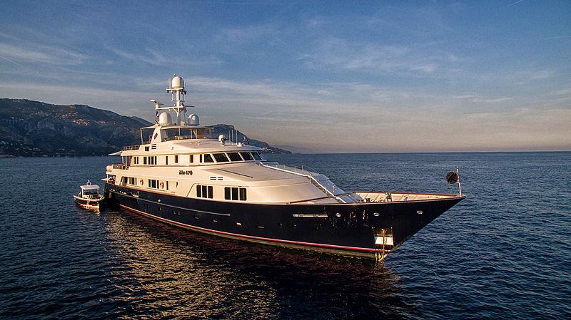 Blu 470 yacht anchored