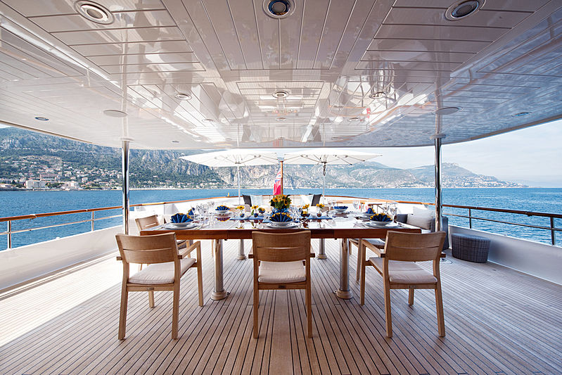 Blu 470 yacht bridge deck