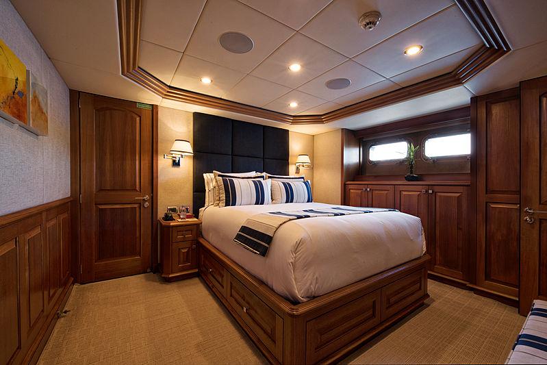 Blu 470 yacht cabin