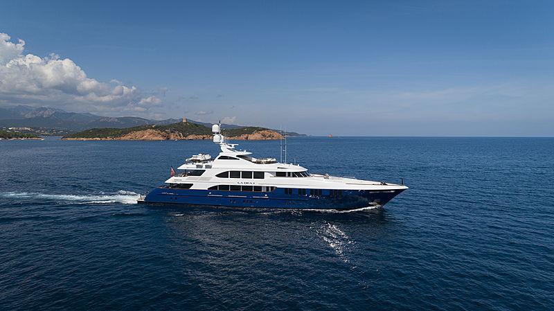 La Dea II yacht cruising