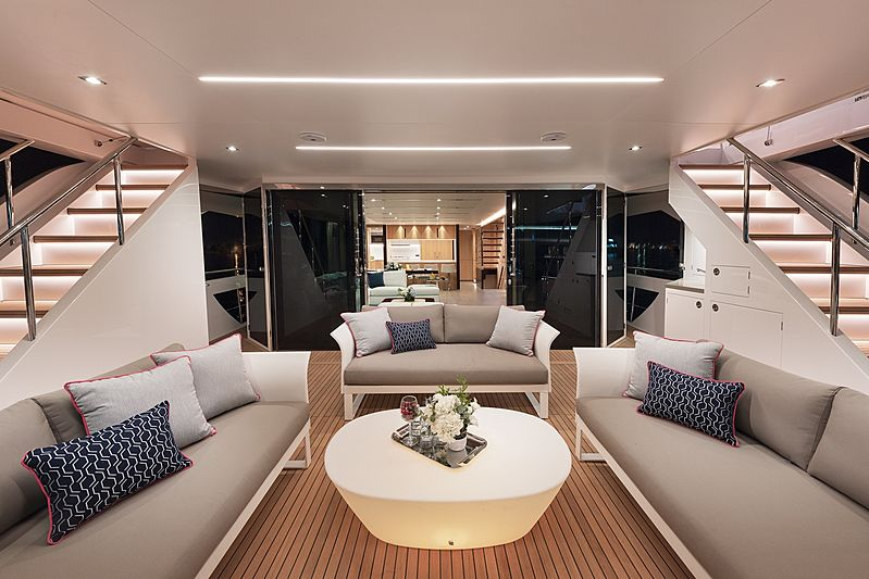 Horizon FD87/10 yacht aft deck