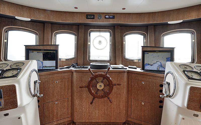 Bully yacht wheelhouse