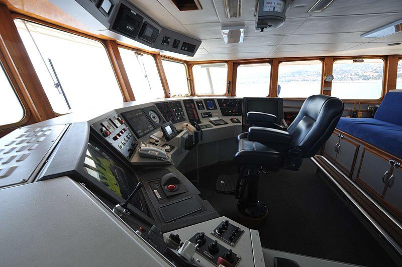 Akula yacht wheelhouse