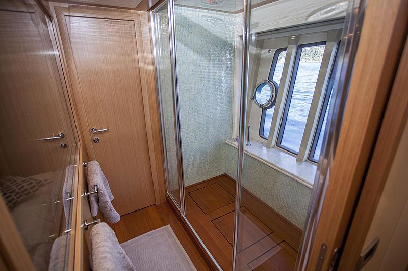 Yoyita yacht bathroom