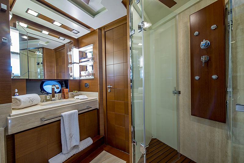 La Rubia yacht bathroom