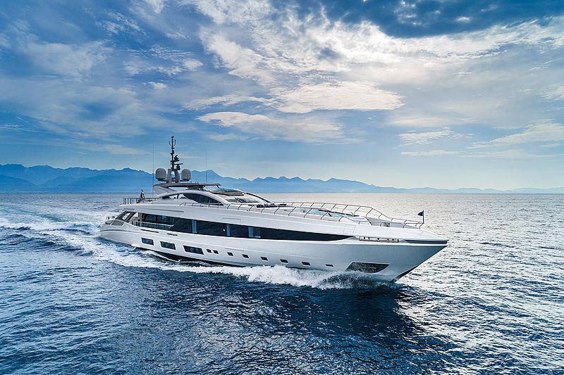 El Leon yacht cruising