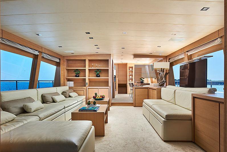 Hummingbird Yacht Saloon