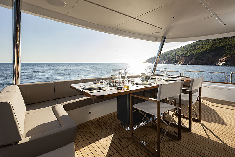 Sirena 88 RPH yacht deck and dining