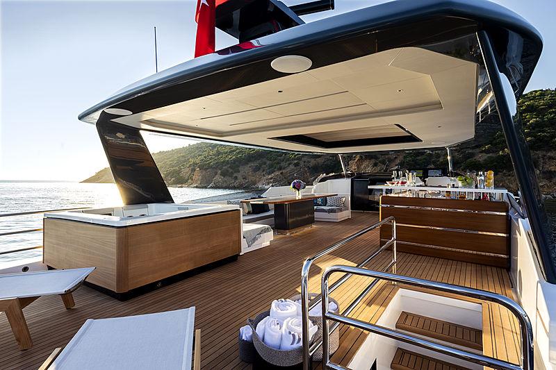 Sirena 88 RPH yacht deck