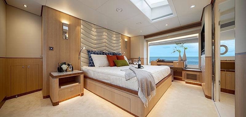 Horizon FD87/11 yacht stateroom