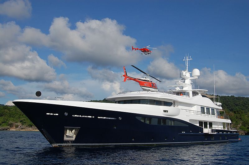 La Familia yacht with helicopter